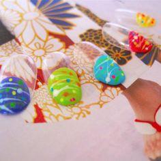 浴衣でヨーヨー釣りが楽しい夏祭り!花火大会デートもヨーヨー柄で楽しんで♪ カラフルなバルーンフレンチにヨーヨー柄をドットやラインで描き、ビビッドなホロを散らしました。