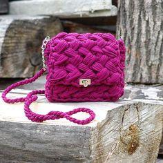 """WEBSTA @ katy_bags_spb - Новая модель сумочки готова Очень мне полюбился цвет #марсала ( он и для лета и для осени подходит идеально) Модель более вместительна по сравнению с пляжным вариантом """"Увези меня на юга"""". Как и обещала - более подходящий вариант для повседневной жизни 3700₽ #вязанаясумка #ленточнаяпряжа #вяжу #вяжутнетолькобабушки"""