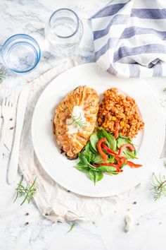 Kurczak ze szpinakiem i fetą w cieście francuskim Salmon Burgers, Feta, Dinners, Ethnic Recipes, Dinner Parties, Food Dinners, Dinner, Suppers
