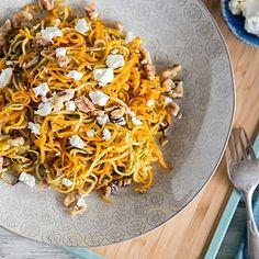 Wenn die spiralisierten Karotten ihre Partner für dieses Festmahl sehen, springen sie vor Freude erst in die Luft und danach in den Ofen. Zucchini, Feta und geröstete Walnüsse begrüßen ihre orangefarb