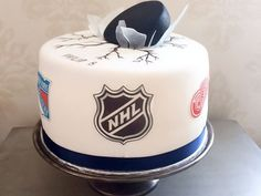 7 groom's cakes that'll score big with nhl fans ice hockey d Hockey Birthday Cake, Hockey Birthday Parties, Hockey Party, 8th Birthday, Hockey Wedding, Camo Wedding, Wedding Groom, Hockey Cakes, Bar A Bonbon