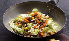 Legumes no wok, com cogumelos shitake, couve-chinesa e rebentos de feijão mungo. Pode facilmente transformar a receita num prato principal, acrescentando massa ou arroz cozidos perto do final.