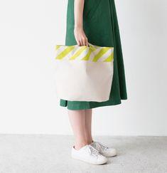 長方形の布をたたんで縫っただけの帆布バッグ。 一見ぺったんこですが、底が二つ折りになっているので 物を入れると立体になります。 ボーダーの布を斜めに使ってアクセントに。 Shopper Bag, Tote Bag, Japanese Patterns, Sewing Box, Fabric Bags, Handmade Bags, Handicraft, Sewing Crafts, Diy And Crafts