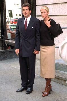 Style Icons: John F. Kennedy Jr and Carolyn Bessette-Kennedy - Always, Erin John Kennedy Jr., Les Kennedy, Carolyn Bessette Kennedy, Caroline Kennedy, Jfk Jr, Carolyn Bessette Wedding Dress, Star Fashion, 90s Fashion, Style Année 90