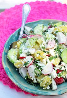 Sałatka ziemniaczana z twarogiem i sosem jogurtowym - MniamMniam.pl Paella, Cobb Salad, Feta, Potato Salad, Salads, Potatoes, Cheese, Ethnic Recipes, Potato