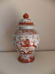 GRANDE POTE EM PORCELANA CHINESA MACAU Grande Pote em Porcelana Chinesa, fabricado em Macau, decorado com dragão a cor sanguínea. Marcado na base. Dimensões: 33 cm (altura) x 18 cm (largura)