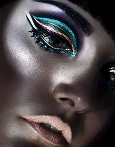 The most trendy metallic makeup looks Make Up Looks, Egyptian Makeup, Cleopatra Makeup, Metallic Makeup, Metallic Eyeliner, Metallic Colors, Glitter Makeup, Peacock Colors, Winged Eyeliner