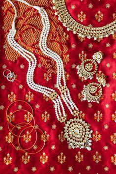Beautiful yet simple polki and pearl bridal jewellery// indian bridal jewellery Photo Jewelry, Indian Bridal, Pakistani Bridal, Wedding Trends, Unique Weddings, Bridal Style, Wedding Jewelry, Wedding Accessories, Hair Accessories