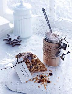 Christmas granola - the perfect gift for a foodie Christmas Hamper, Noel Christmas, Christmas Treats, Christmas Baking, Christmas Morning, Simple Christmas, Granola Muesli, Xmas Food, Edible Gifts