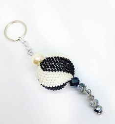 Sfera gioiello portachiavi realizzata con perline Toho con la tecnica beads crochet. Impreziosito con mezzi cristalli, perle e catena senza nichel. Regalo ideale per una donna chic ed elegante. Facilmente abbinabile.