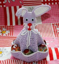 Conejo de Pascua con los bolsillos de los huevos