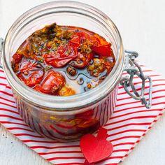 Lavez les tomates, essuyez-les. Coupez les tomates en 4 et disposez-les sur le lèche frite du four. Ne les superposez pas. Saupoudrez de sel...