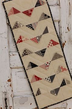 """sweetwater table runner pattern using Moda 2 1/2"""" charms.                                                                               Más"""
