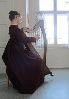 Today I finally finished a dress that has been lying around for quite some time. Before the Bath trip I found nice burgundy cotton with a bl...