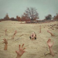 Titula esta fotografía surrealista de Alicja Bloch
