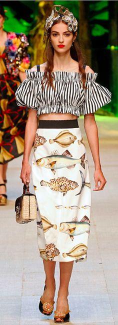 A Dolce & Gabbana desfilou no dia 25/09 sua coleção primavera verão 2017, na semana de moda em Milão,cujo tema foi intitulado de Tropical Italiano. O estilo barroco exagerado já uma marca dos seus desfiles, estava lá. Mas convenhamos... as modelagens dos vestidos impecáveis que embelezam a mulher, as rendas, os bordados presentes nas calças jeans ( que já entraram na minha wish list), e em várias peças apresentadas, juntos com os acessórios com aplicações em pedrarias, fazem as mul...