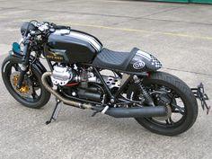 An old school Moto Guzzi cafe racer! Guzzi Bobber, Moto Scrambler, Moto Guzzi Motorcycles, Guzzi V7, Cool Motorcycles, Vintage Motorcycles, Cafe Bike, Cafe Racer Bikes, Cafe Racer Motorcycle