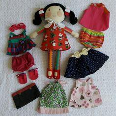 Kit boneca que troca roupa. By Atelier Brincar com Efeito #atelierbrincarcomefeito #bonecadepano #dressupdoll #guardaroupadeboneca #kitbonecatrocaderoupas