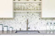 One of the house parts that are usually often being decorated is the kitchen. Decorating the kitchen will… The post Kitchen Backsplash Ideas appeared first on Don Pedro. Hexagon Tile Backsplash, Modern Kitchen Backsplash, Backsplash Ideas, Honeycomb Tile, Dark Wood Kitchens, Home Decor Hacks, Elegant Kitchens, Kitchen Styling, Life Tips