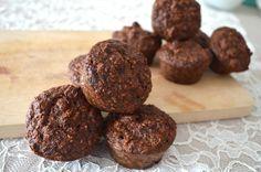 ONTBIJT MUFFINS met havermout en moerbeien - Rens Kroes * 100 gram havermout * 1 theelepel baking soda * 2 bananen * 3 eieren * 2 theelepels kaneel * 2 theelepels vanille poeder, ongezoet * 100 gram witte of zwarte moerbeien * Snufje zout 1. Verwarm de oven voor op 180 graden. 2. Alle ingrediënten mixen. Als laatste de moerbeien! 5. Bak de ontbijt muffins in 30 minuten gaar.