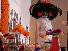 La Catrina empieza a rondar Monterrey, dando la bienvenida al mes de noviembre donde se recuerdan a los familiares difuntos en el marco de la festividad del Día de Muertos, haciendo un contraste de sentimientos entre la tristeza y algarabía de la fecha. La celebración católica se ha mezclado con la conmemoración del Día de Muertos, que los indígenas festejaban desde tiempos prehispánicos. Con la finalidad de acercar a los niños, jóvenes y adultos a las raíces de la cultura mexicana, los 3…