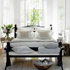 Black and White Summer Bedroom Decorating