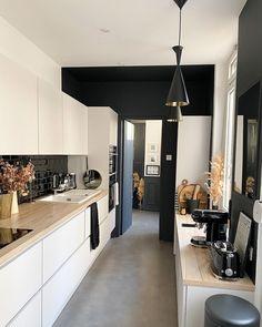 """Mélanie // EPONYM on Instagram: """"Deco du dimanche /Le post cuisine, 2 ans plus tard... Bon, à la base tout n'est pas toujours comme on le souhaite... vous êtes beaucoup à…"""" Small Appliances, Kitchen Interior, Home Kitchens, Black House, Sweet Home, New Homes, Kitchen Cabinets, Instagram Deco, Interior Design"""