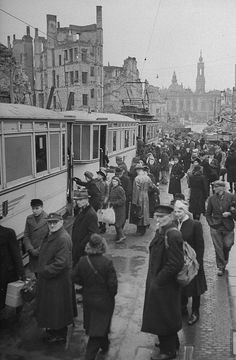 March 1945 People boarding the street cars at the intersection of Johann Strasse and Moritz Strasse. Dresden Germany, Famous Photographers, Art Institute Of Chicago, Life Pictures, Life Magazine, Dieselpunk, Popular Culture, Germany Travel, World War Two