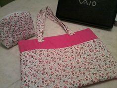 Case para notebook, tecido 100% algodão, forrada com manta e quilt, bolso externo.