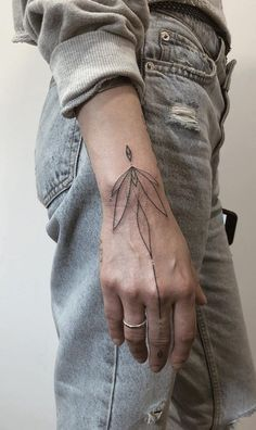 The 100 Best Tattoos in the Hands of the Internet [Femininas e Masculinas] Finger Tats, Hand Tattoos For Women, Sleeve Tattoos For Women, Small Tattoos, Cool Tattoos, Tea Tattoo, Neue Tattoos, Tattoo Bracelet, Heart Tattoo Designs