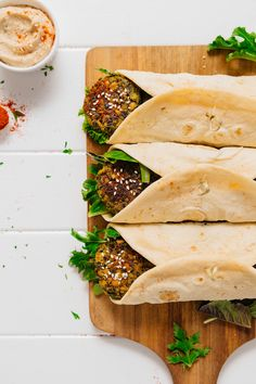 Quick, flavorful, and so satisfyingDELICIOUS Kale Falafel Hummus Wraps! Quick, flavorful, and so satisfying Falafel Wrap, Hummus Wrap, Falafels, Tahini, Tabouleh Salat, Vegetarian Recipes, Healthy Recipes, Healthy Food, Vegan Food