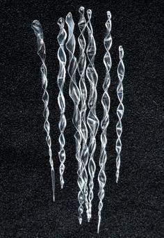 Eiszapfen aus einer Plastikflasche herstellen 1.Streifen aus der Wand einer Plastikflasche schneiden 2. Über Kerze erwärmen und in sich drehen