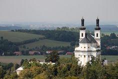 Kostely se mnohdy v krajině vyjímají vpravdě výjimečně. File:Kostel Panny Marie Pomocnice na Chlumku - pohled od Košumberku.jpg