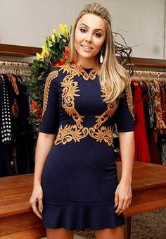 Vestido Maravilhoso com detalhes em Renda Dourada!! Se gostar, pode nos ajudar pinando-o em algum de seus painéis :)  #vestidos #vestido #bordado #renda #azulmarinho #blue #azul #dourado #festa #balada #lojaonline #modafeminina #lookdodia #ootd #love #moda