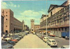 Piazza Trento Trieste a Ferrara, quando ancora si poteva parcheggiare sul listone - Foto di C'era una volta Ferrara | Come eravamo: viaggio tra le foto d'epoca delle nostre città