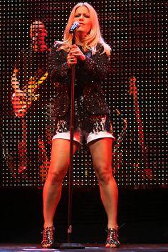 Paula Toller, vocalista da banda Kid Abelha, durante show no Teatro Guaíra, em Curitiba, em abril de 2011