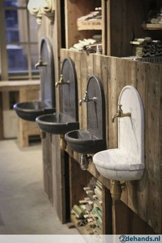 Fonteintje antiek natuursteen wastafel arduin Lavabo Exterior, Wall Mounted Sink, Water Faucet, Water Features In The Garden, Pool Houses, Bar Stools, Interior Decorating, Patio, Home And Garden