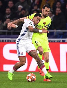 Lyon's Dutch forward Memphis Depay vies for the ball with Barcelona's Spanish midfielder Sergio Busquets during the UEFA Champions League round of 16 first leg football match between Lyon and FC. Get premium, high resolution news photos at Getty Images Football Match, Football Fans, Depay Memphis, Football Quotes, James Rodriguez, February 19, Uefa Champions League, Fc Barcelona, Football Players