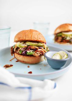 BBQ Pulled Jackfruit Sandwiches - The Faux Martha Fast Healthy Meals, Easy Healthy Recipes, Easy Meals, Healthy Eating, Vegan Lunch Recipes, Dinner Recipes, Vegetarian Meals, Jackfruit Sandwich