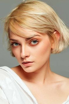 Volumetric Choppy Bob Hairstyles To Amp Up Your Look In 2021 ★ Twisty Hairstyles, Vintage Hairstyles, Hairstyles With Bangs, Pretty Hairstyles, Short Hair With Bangs, Short Hair Cuts For Women, Short Hair Styles, Thick Hair, Short Shag Hairstyles