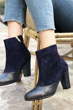Ces bottines uniques et sur-mesure vous accompagneront au quotidient pour un hiver tout en douceur et confortable ! Choisissez la hauteur et la forme des talons, ainsi que les matières que vous voulez pour vos jolies chaussures personnalisées ! Bleu Marine, Ainsi, Ankle, Shoes, Fashion, Blue Shoes, Smooth Leather, Pumps, Custom Shoes