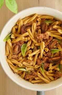 Casarecce από ρεβίθια με κόκκινη σάλτσα ντομάτας και λουκάνικα χωριάτικα, βασιλικός και σαφράν. Τρώγοντας υγιεινά και ιταλικά. Pasta, Ethnic Recipes, Food, Essen, Meals, Yemek, Eten, Pasta Recipes, Pasta Dishes