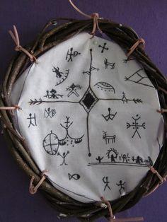 Saamelainen noitarumpu - tussaus kankaalle, liisteröinti American Indian Quotes, E Textiles, Celtic Goddess, Haida Art, Girls Camp, American Indians, Witchcraft, Handicraft, Finland