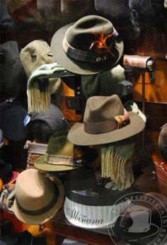 Escaparate de Sombrerería Albiñana Signature Look, Hat Shop, Cute Hats, Vintage Men, Panama Hat, Cowboy Hats, Mens Fashion, Coffee Market, Stylish