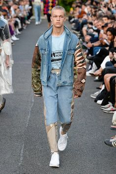See all the Collection photos from Martine Rose Spring/Summer 2019 Menswear now on British Vogue Stylish Mens Fashion, Mens Fashion Suits, Urban Fashion, Men's Fashion, Fashion Design, Fashion Trends, Fashion Boots, Fashion Stores, Fashion Clothes