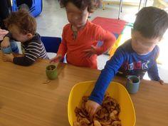 Fabrication de pot qui sent bon sans les parents ( pas de volontaires). Pommes tranchées et desséchées, zestes d'orange séchées, épices pour pain d'épices, clous de girofle et le tour est joué !!!