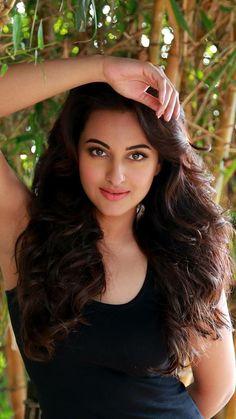 Top 10 Best Foods for Healthy Hair Beautiful Bollywood Actress, Most Beautiful Indian Actress, Beautiful Actresses, Beauty Full Girl, Beauty Women, India Beauty, Asian Beauty, Bollywood Girls, Bollywood Saree