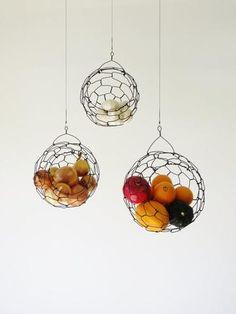 Easy and quick:DIY wired hanging baskets. Hängende Obstkörbe aus Kaninchendraht/ DIY Projekt.