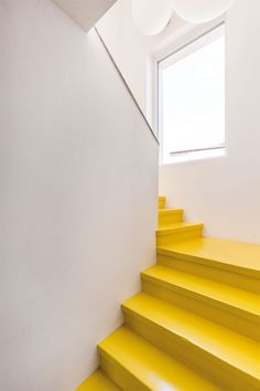 This kind of white staircase is absolutely an extraordinary style principle. Painted Staircases, Painted Stairs, Small Staircase, Staircase Design, White Staircase, Yellow Stairs, Decor Interior Design, Interior Decorating, Design Hall
