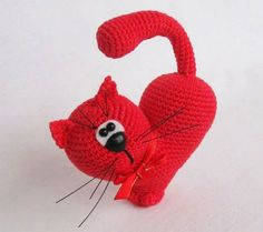 Valentine's Day is coming! Crochet this heart cat for your loved one using this free amigurumi pattern! Amigurumi Doll Pattern, Crochet Cat Pattern, Crochet Motifs, Crochet Animal Patterns, Knitting Patterns, Cat Crochet, Crochet Gratis, Crochet Dolls, Valentines Day Cat